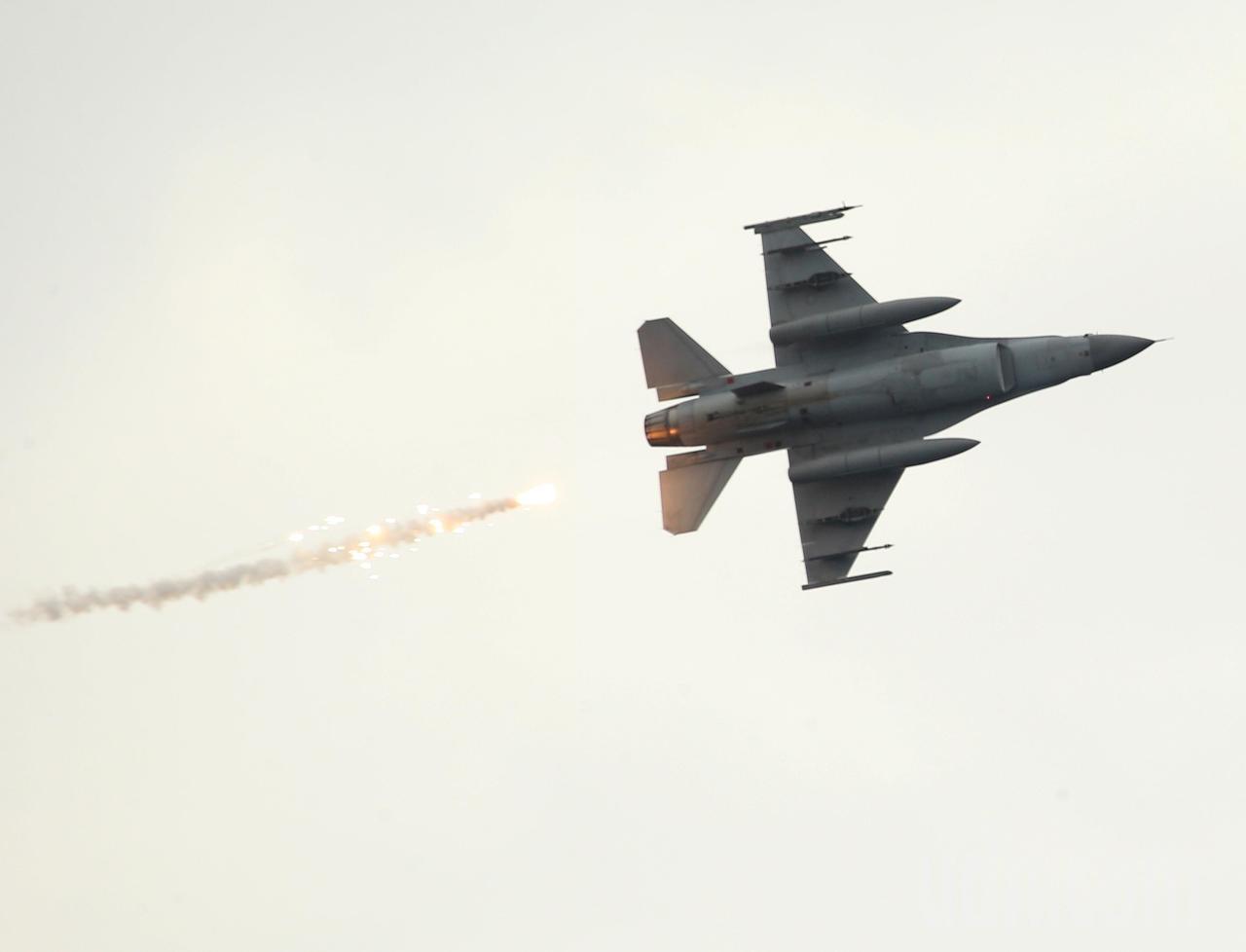 「東部海域戰備任務訓練」上午在花蓮外海舉行,F-16戰機投放火焰彈模擬攻擊。記者...