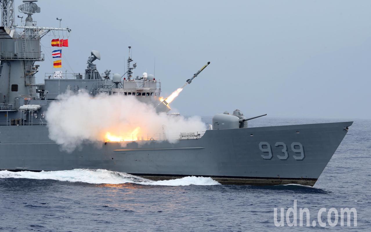 宜陽艦發射反潛火箭。記者林澔一/攝影