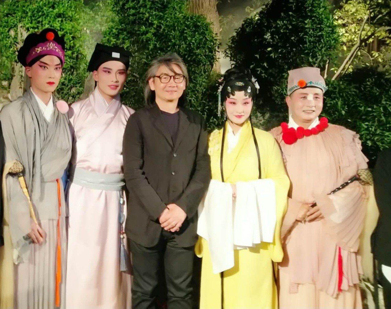 漫畫家朱德庸21日與「浮生六記」演員合影。江蘇發展大會方面提供