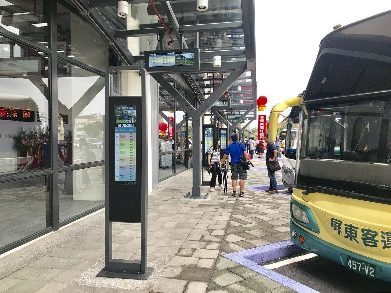 民眾質疑月台沒有門,便利性不如屏東轉運站。記者江國豪/攝影