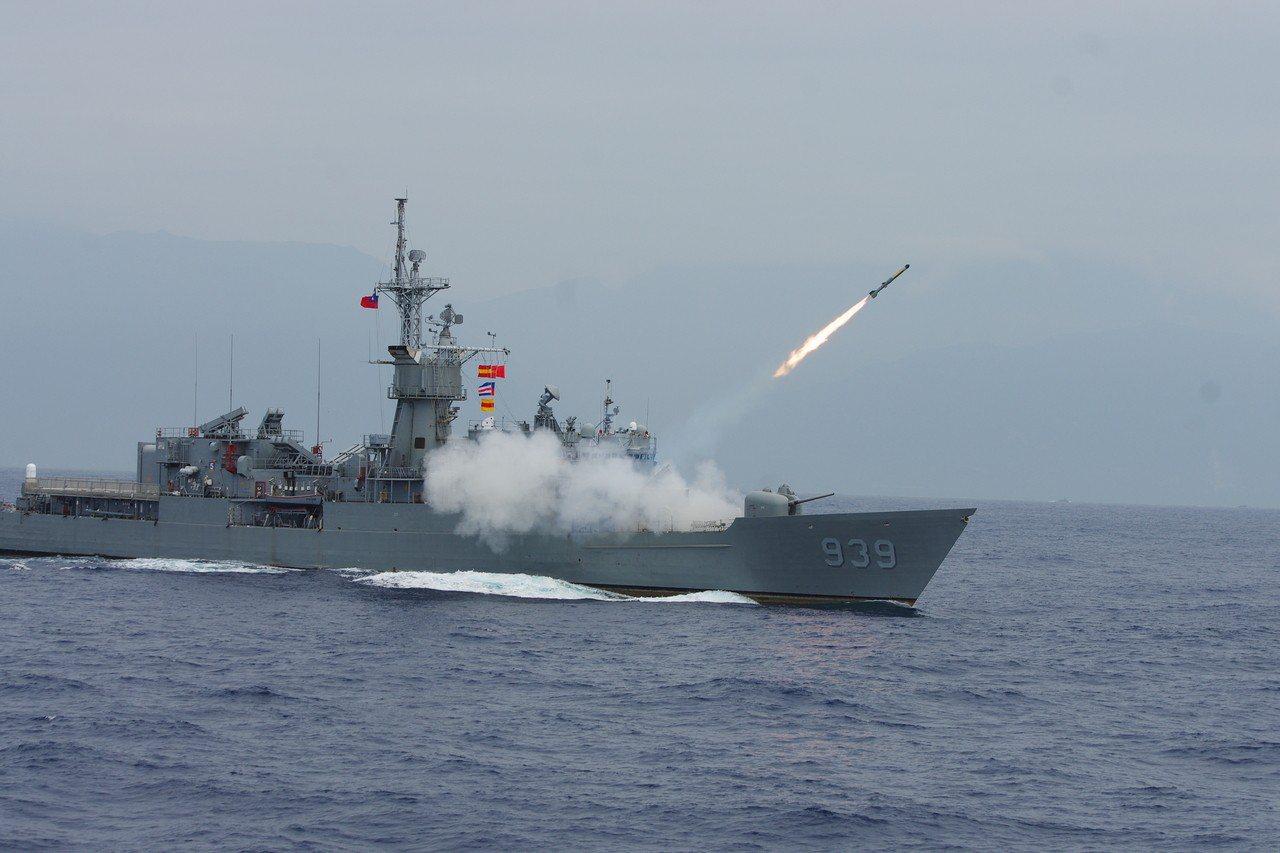 寧陽艦發射ASROC火箭,攻擊水下假想目標。記者程嘉文/攝影
