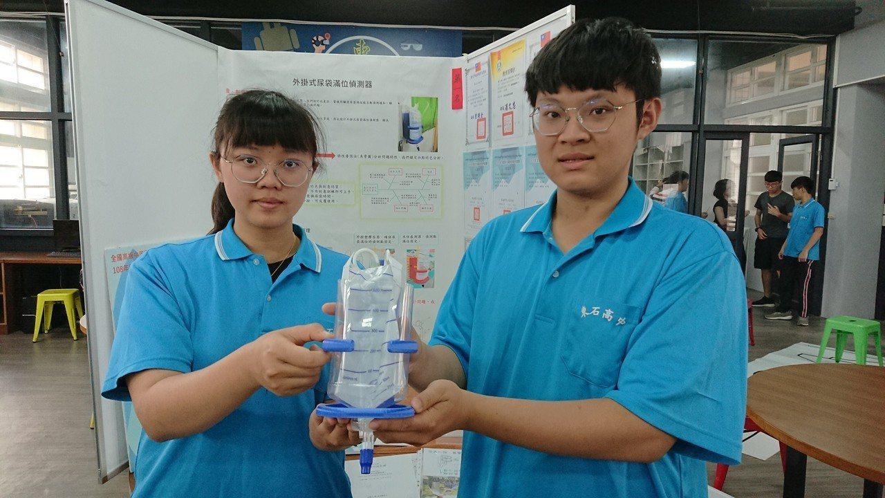 戴政良(右)、蔡玉鳳等人,發明「外掛式尿袋偵測器」。記者卜敏正/攝影