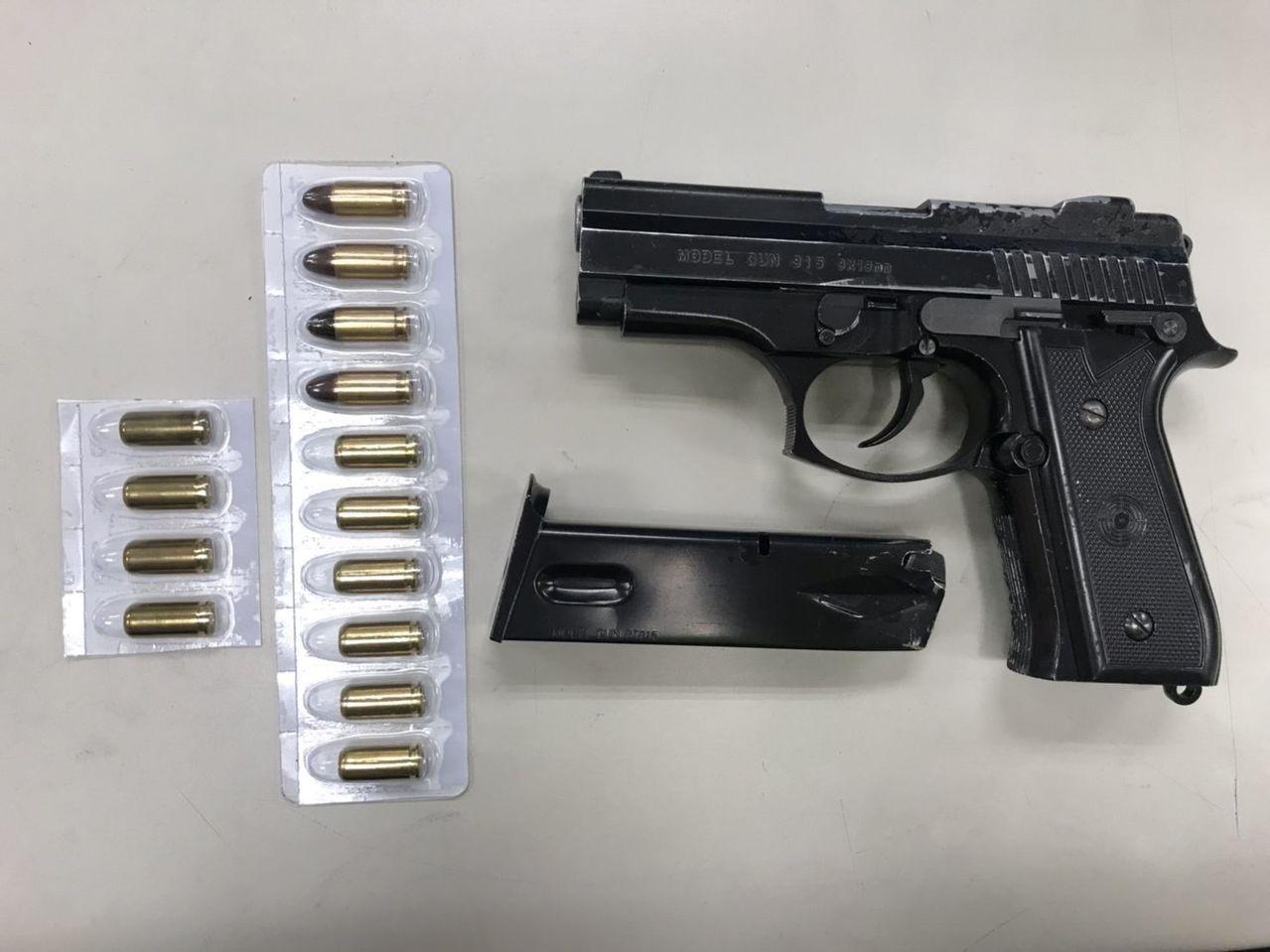 李嫌被查獲持有改造手槍和子彈。記者林昭彰/翻攝