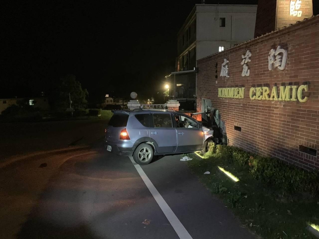 一名男子昨晚駕車行經陶瓷廠,疑似酒駕,車子直接撞擊,衝撞金門陶瓷廠大門的柴燒窯地...