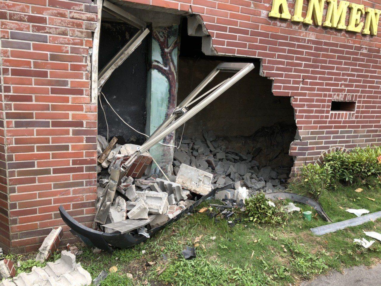 金門縣陶瓷廠大門的地標遭撞了一個大洞,現場還遺留不少汽車的零件,可見車損嚴重。記...