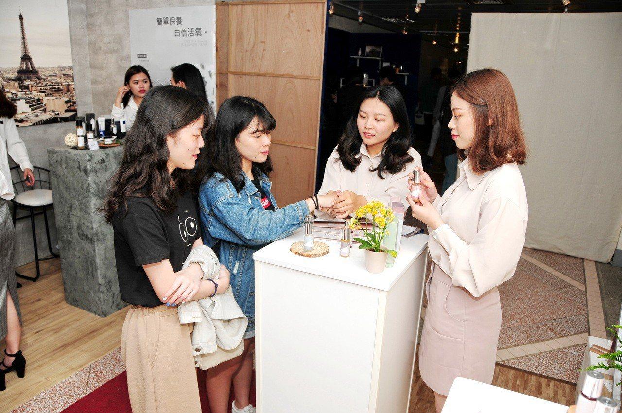 靜宜大學化粧品科學系「臺肆、憶思」畢業成果展,發表不少學生以傳統漢方製成的化妝品...