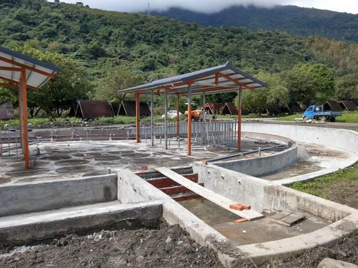 花蓮縣議員賴國祥質疑業者在池南露營區擅自設立泡湯設施。圖/賴國祥議員提供
