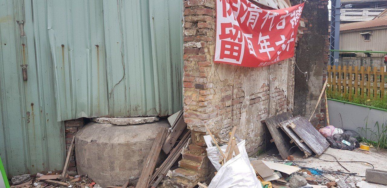 台南張家百年古井上午打開裡面竟然還有清澈的井水。記者修瑞瑩/攝影