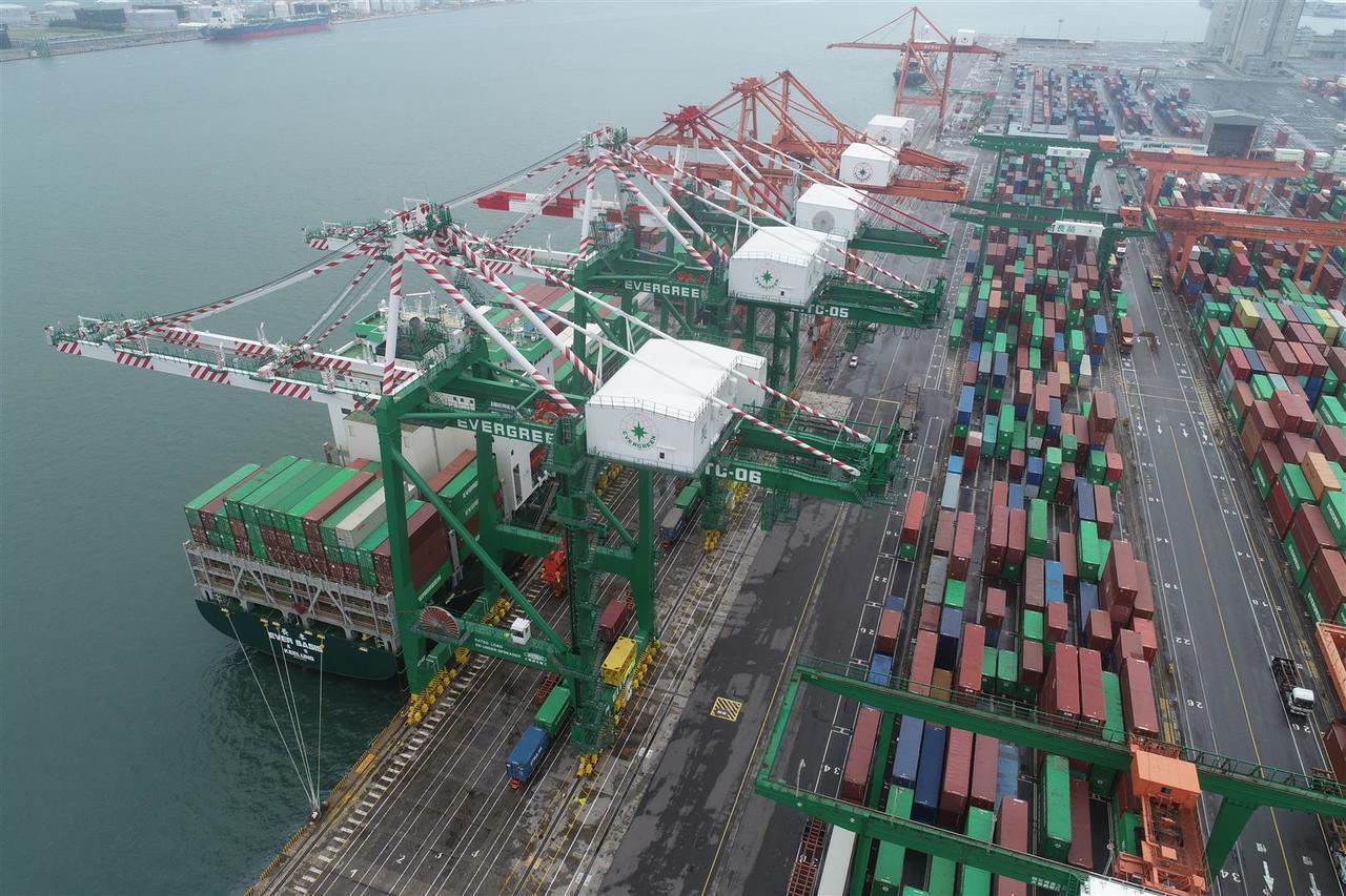 長榮優化台中港貨櫃儲運服務。 記者邱馨儀/攝影