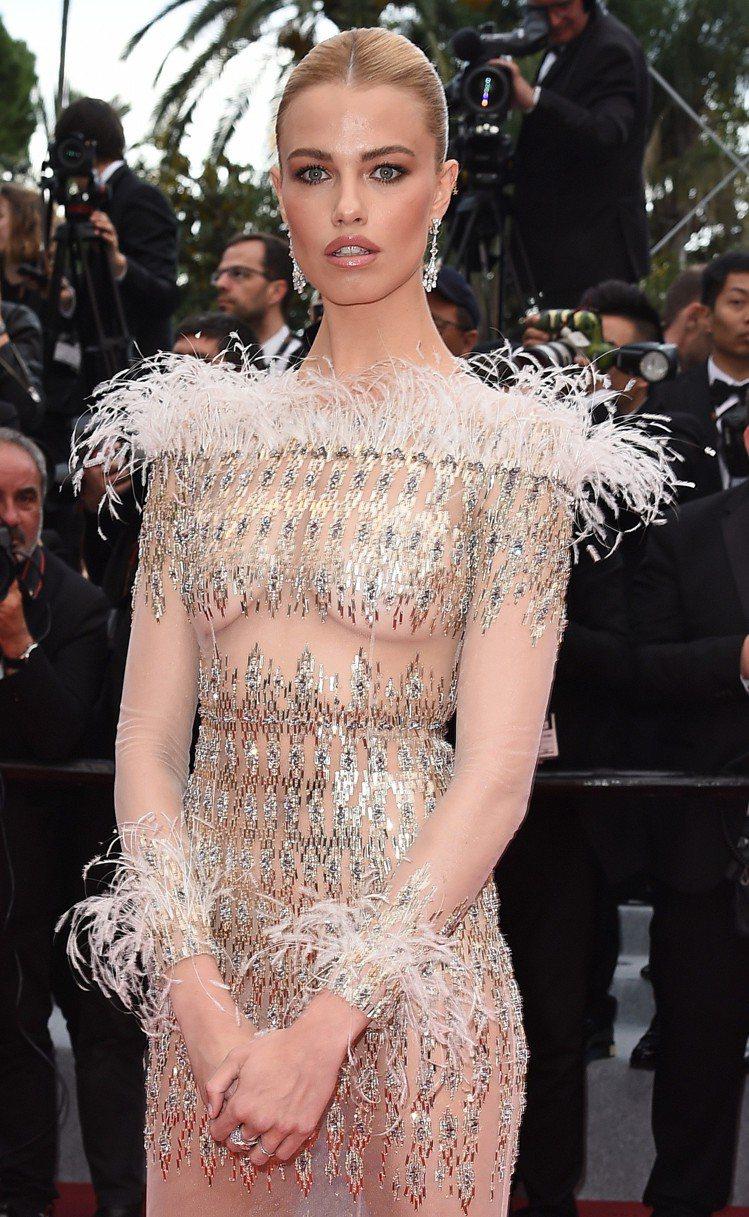 名模Hailey Clauson則以粉膚色半透明紗質禮服,配上寶格麗頂級綠松石與...