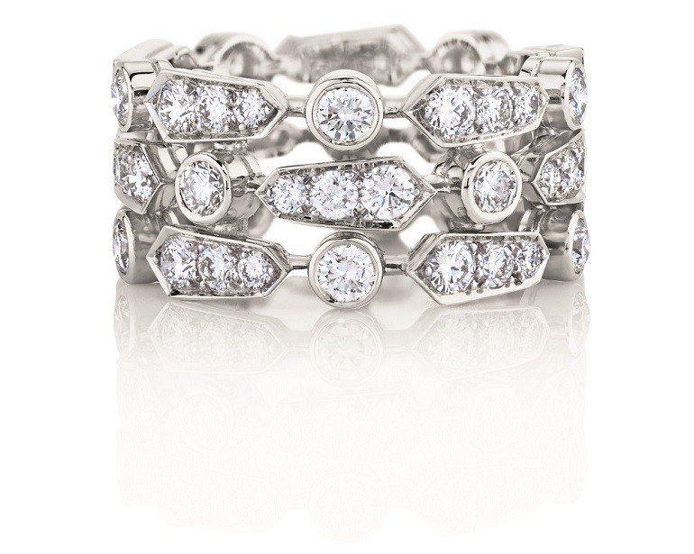 De Beers Frost三層鑽石戒環,鑽石總重2.56克拉,約42萬元。圖/...