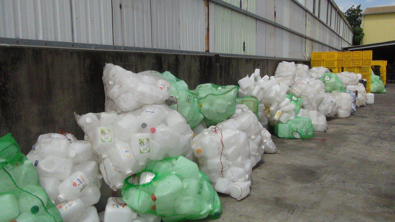 張男工廠內有許多洗腎藥水回收桶。圖/嘉義縣調站提供