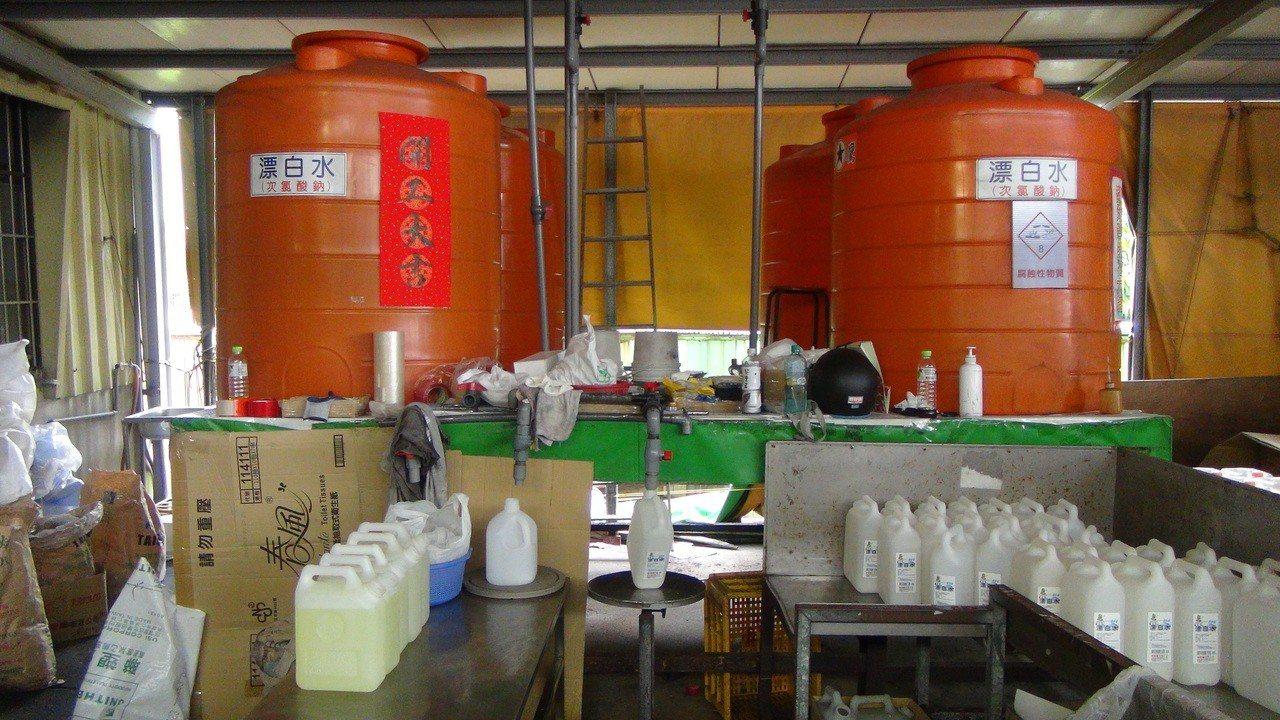 洗潔劑工廠內有許多回收桶已裝桶待售。圖/嘉義縣調站提供