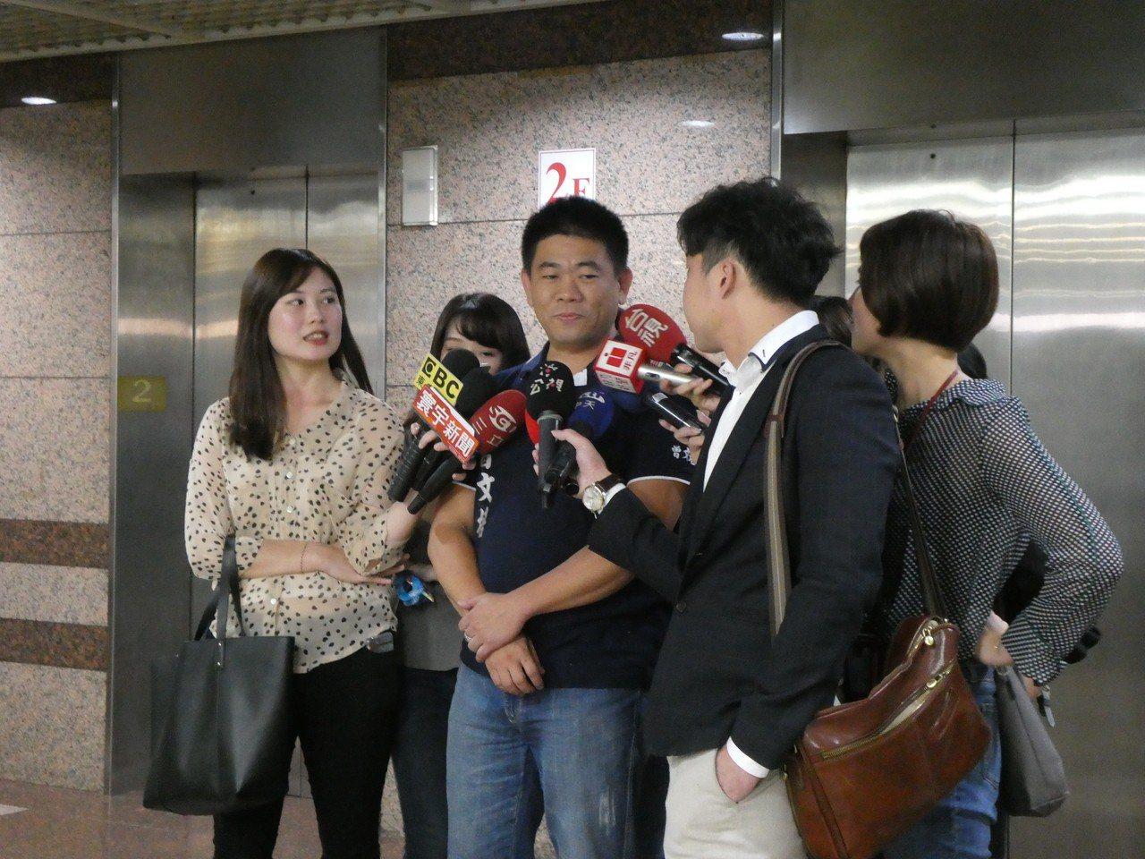 國民黨總統初選對比民調題目中,規劃主動納入台北市長柯文哲,遭柯諷刺是笑話,「萬一...