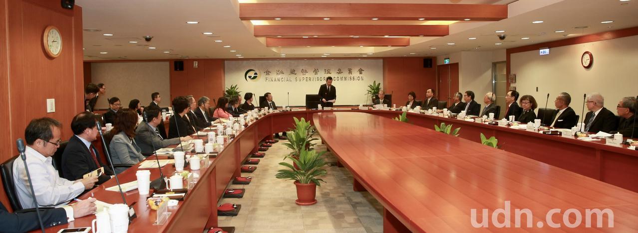 金管會主委顧立雄下午邀集壽險公司負責人到金管會舉行「壽險業負責人座談會議」,就推...
