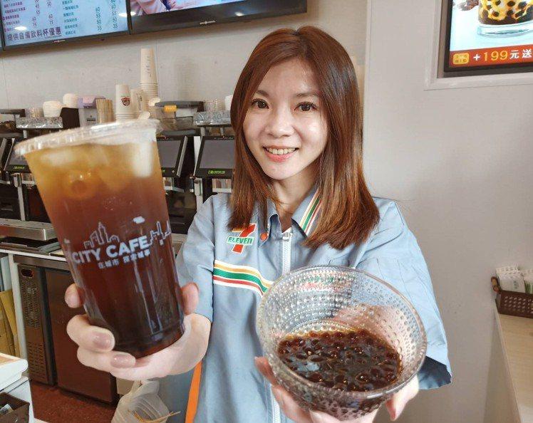 7-ELEVEN即日起推出南部限定的「黑糖冬瓜珍珠」,特大杯售價55元。圖/7-...