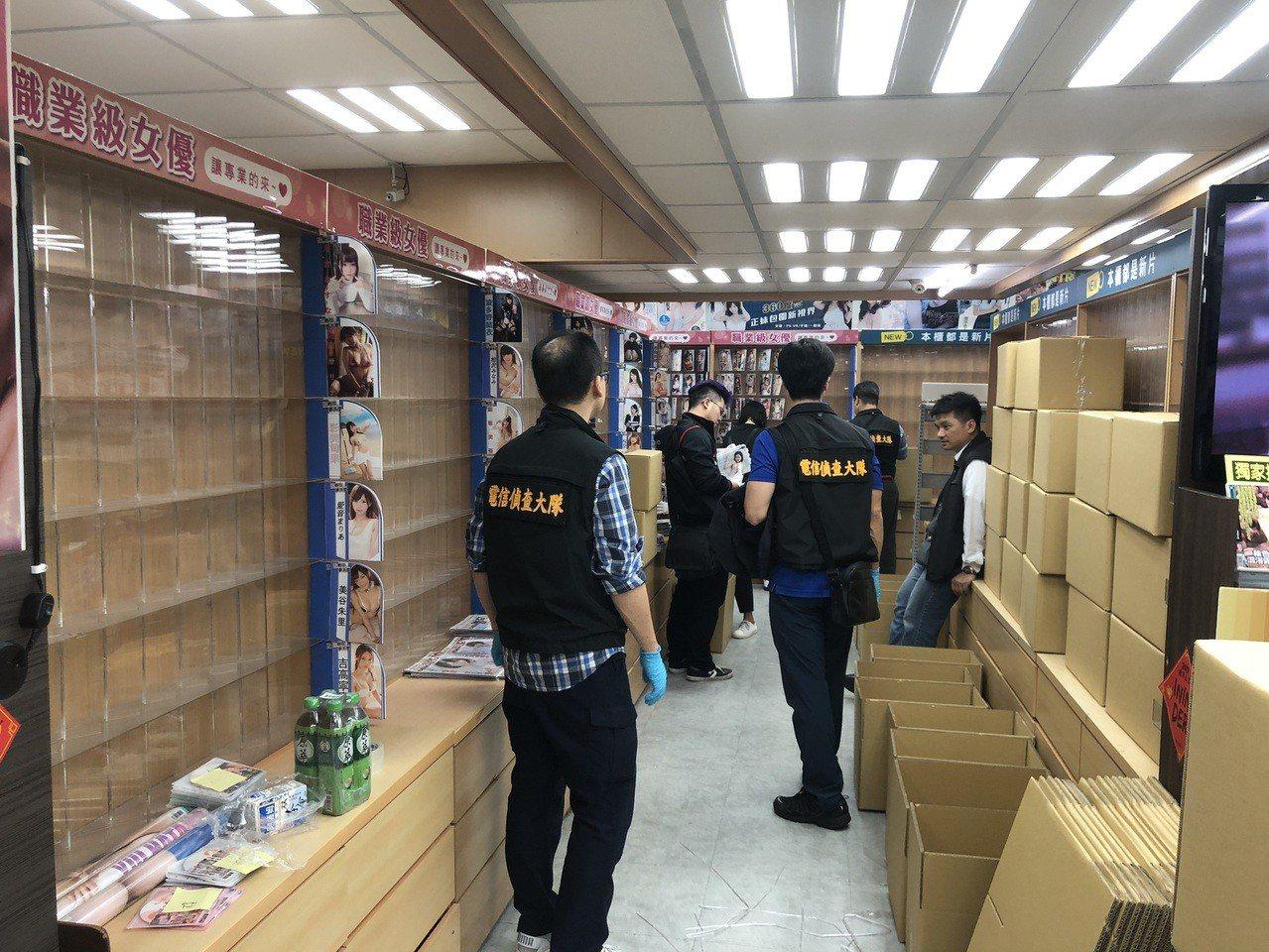 警方進入情趣用品店查扣3萬多片盜版A片。圖/刑事局提供