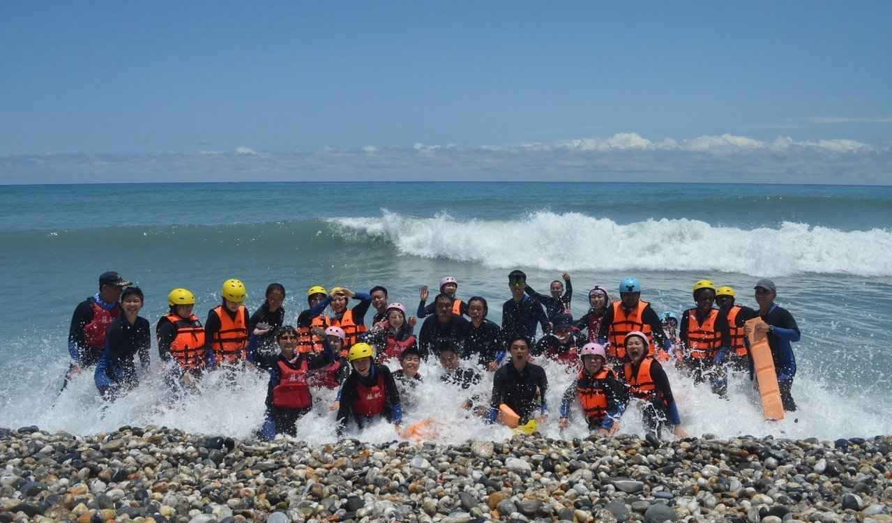 東華大學外籍生戰勝恐懼,悠遊於蔚藍美麗的太平洋。圖/東華大學提供