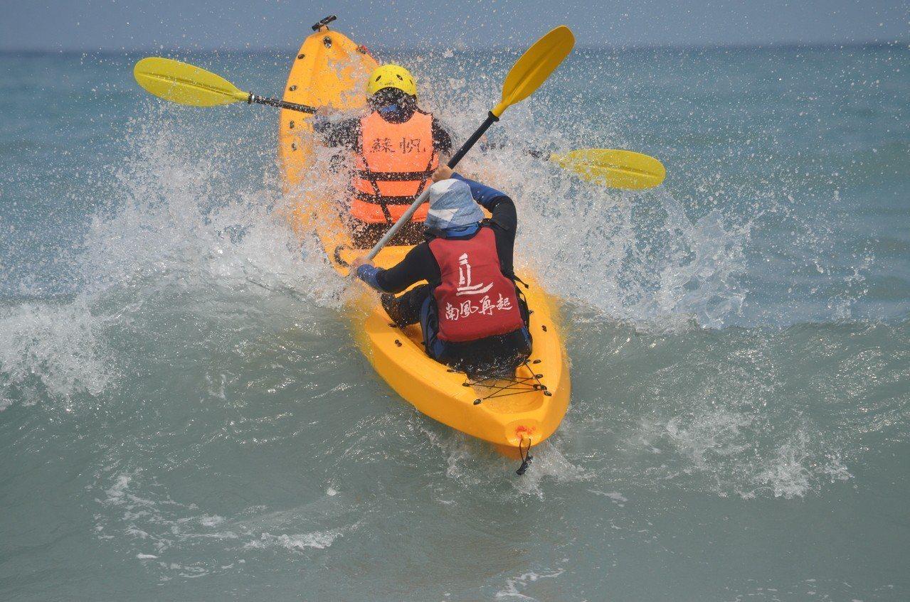 獨木舟要渡過海浪才能出海。圖/東華大學提供