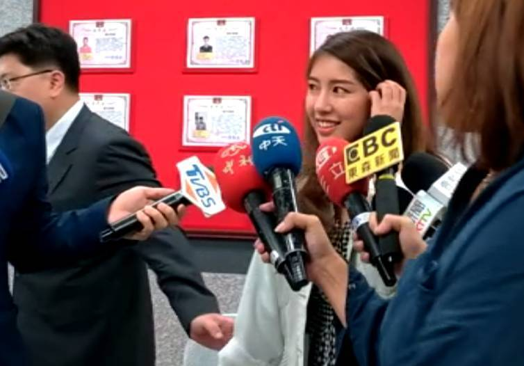 「Nono」辜菀允(中)發表簡短聲明後,被律師拉走未再多說。記者林昭彰/攝影