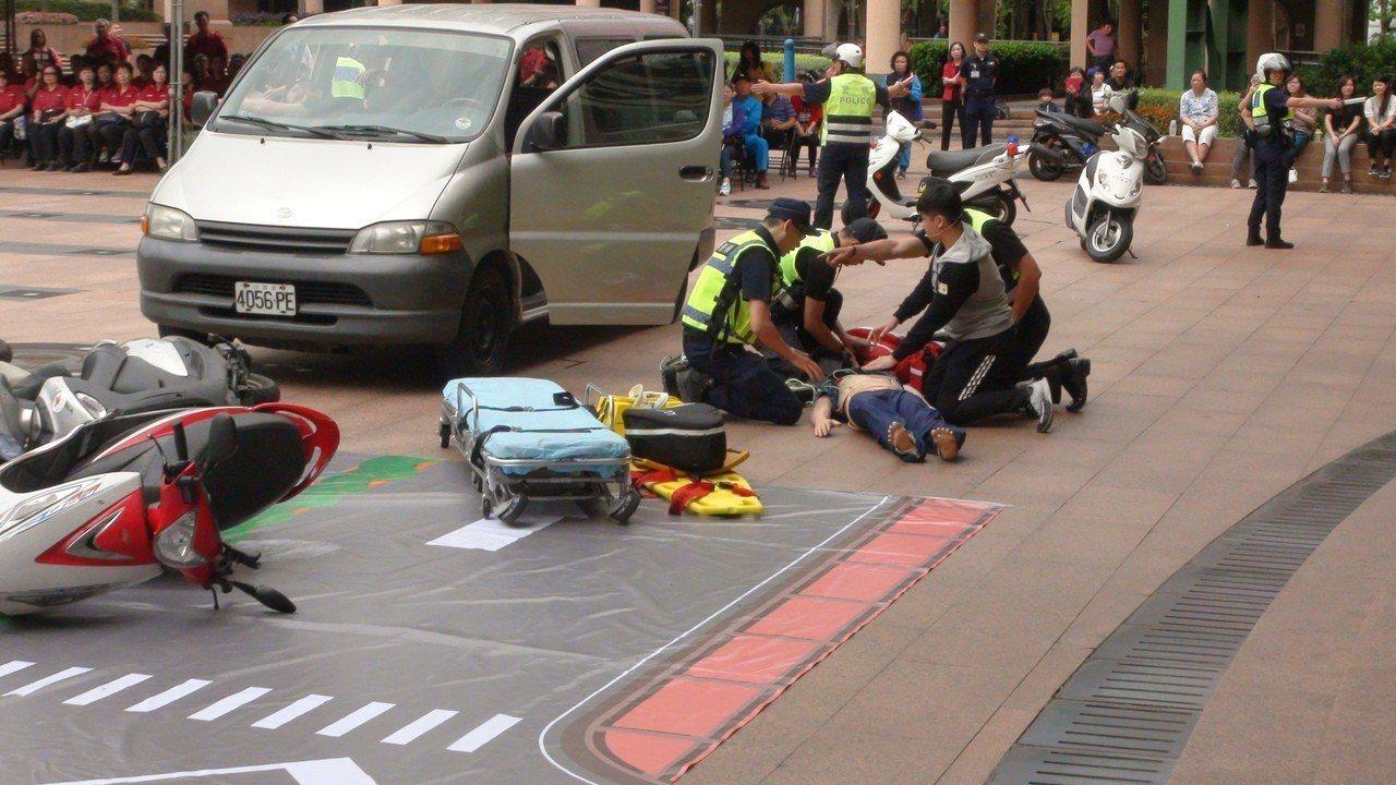 新北市消防局今天在新北市政府一樓市民廣場舉行「搶救OHCA生命大作戰誓師大會」,...