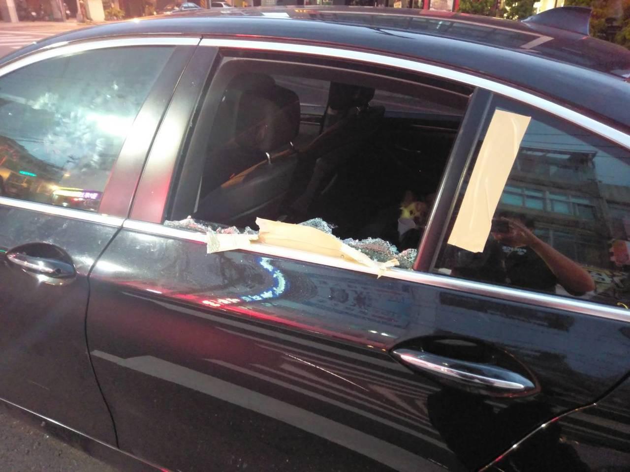 高雄市警察局鳳山分局員警巡邏,接獲通知指光遠路與經武路口有車輛停在路中許久未動。...
