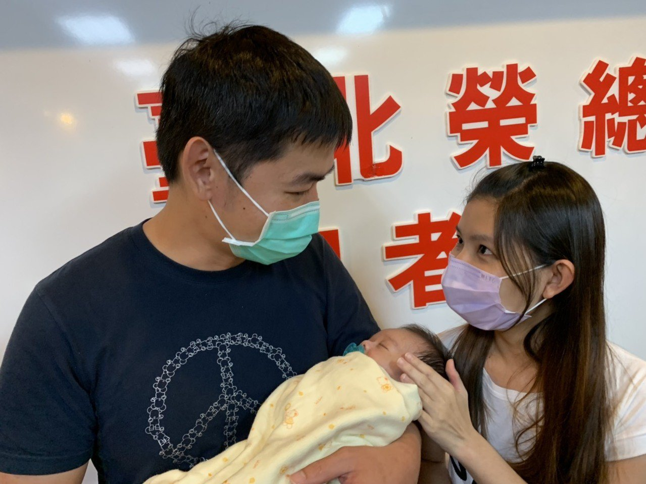 張姓夫妻攜手挺過難關,兒子被診斷罹患新生兒血鐵沈積症,需要肝臟移植才能救命,媽媽...