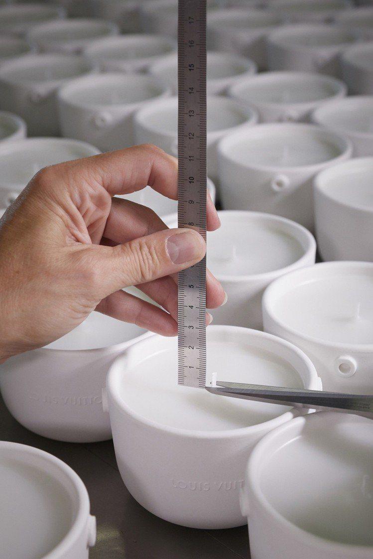 每條燭芯都是人手裁剪,以確保達到最佳燃燒效果。圖/LV提供