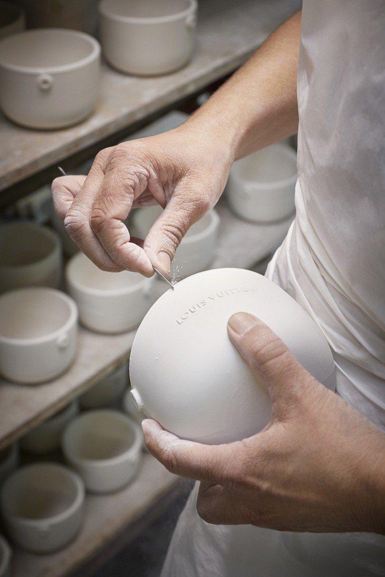 工匠以手工修飾陶瓷蠟燭座。圖/LV提供
