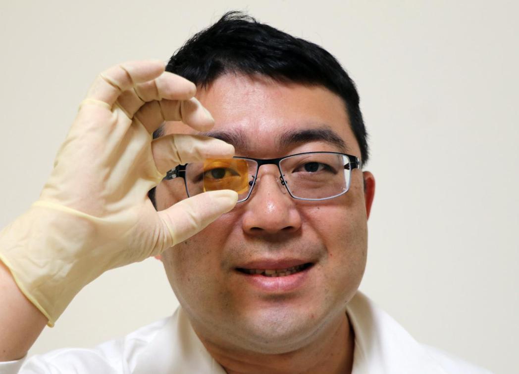 鈣鈦礦薄膜雷射製作簡易,且可大面積製作於各式物理介面,未來可進一步整合至新式內視...