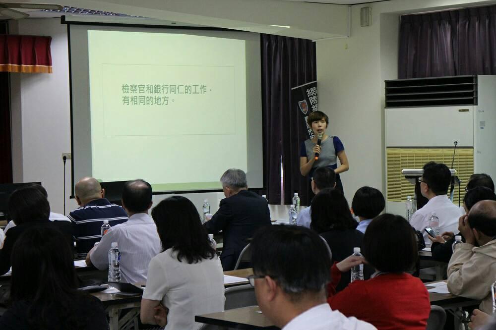 南檢署主任檢察官江孟芝,參加防制犯罪座談會展開專題報告。圖/台南市警五分局提供
