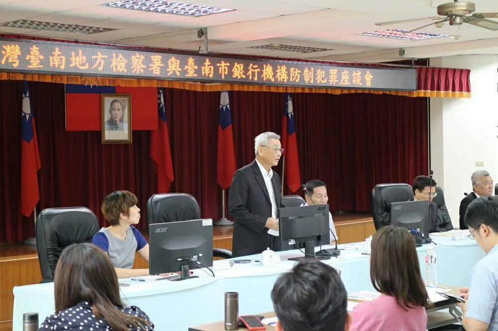 台南地檢署為避免詐騙集團欺詐人民財產,今天在市警五分局和銀行舉行防制犯罪座談會。...
