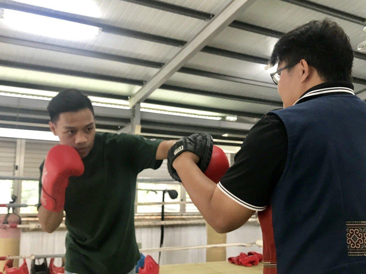 洪嘉慶在來義高中拳擊訓練場地進行訓練。記者江國豪/攝影