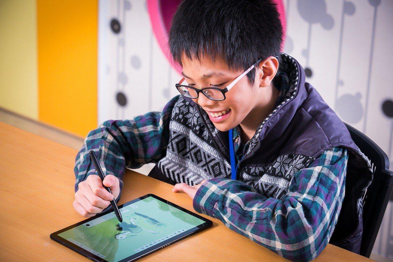 由「星美好獎助學金」受益學童巫方濟擔任小小設計師,運用Galaxy Tab S4...
