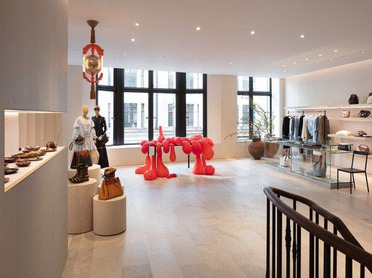 LOEWE CASA倫敦店內,英國藝術家漢米爾頓所設計的熔岩桌為空間帶來畫龍點睛...