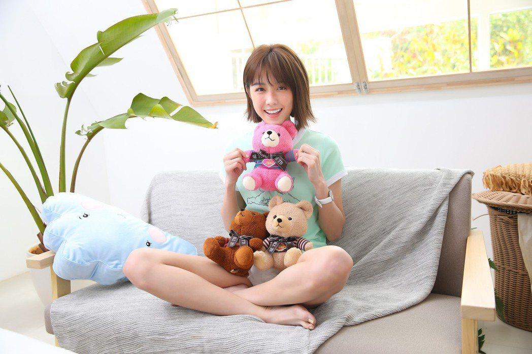 邵雨薇在新歌「黏度最佳新人」MV展露甜美風。圖/寬宏藝術提供
