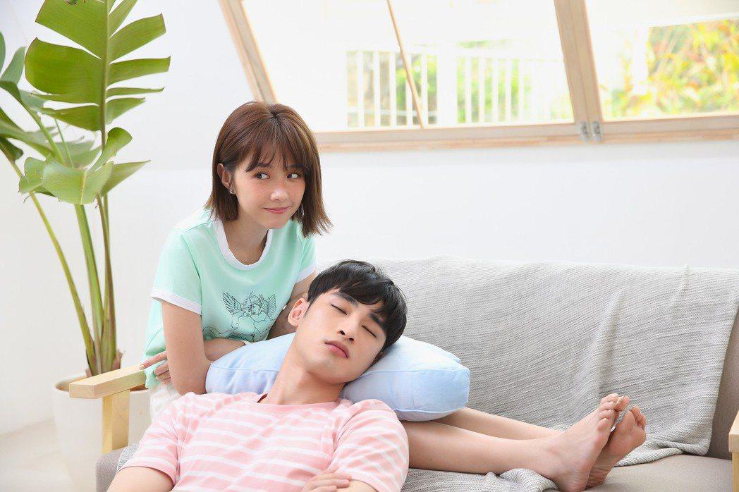 章廣辰(右)與邵雨薇在新歌MV共譜夏日戀曲。圖/寬宏藝術提