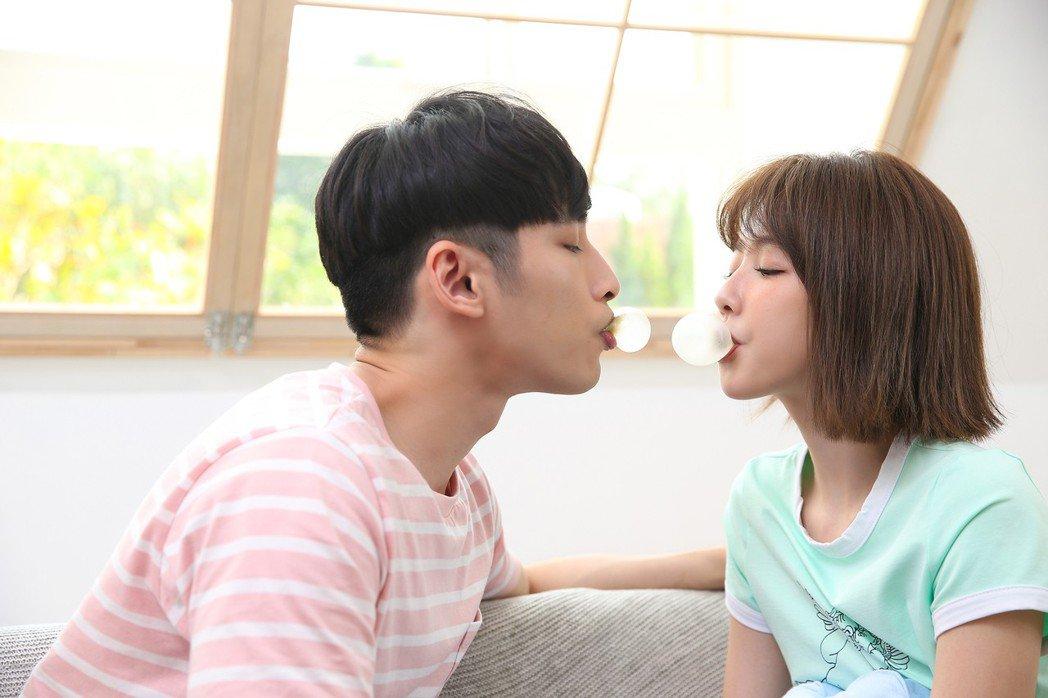 章廣辰(左)與邵雨薇在新歌MV共譜夏日戀曲。圖/寬宏藝術提供