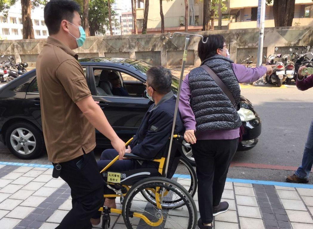 陳世憲(中)遭法務部祭出制裁,傳出吞藥輕生,幸好獲救。圖/本報資料照