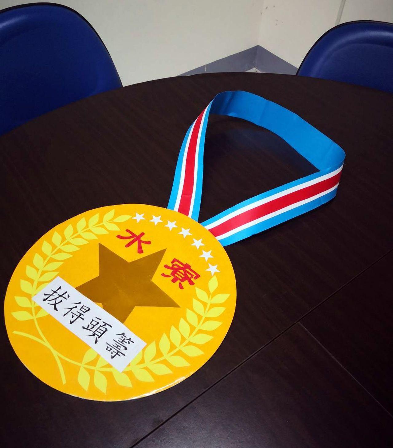 水寮國小獨創的超級大獎牌,直徑35公分,帶給小朋友大大的獎勵。記者王昭月/攝影