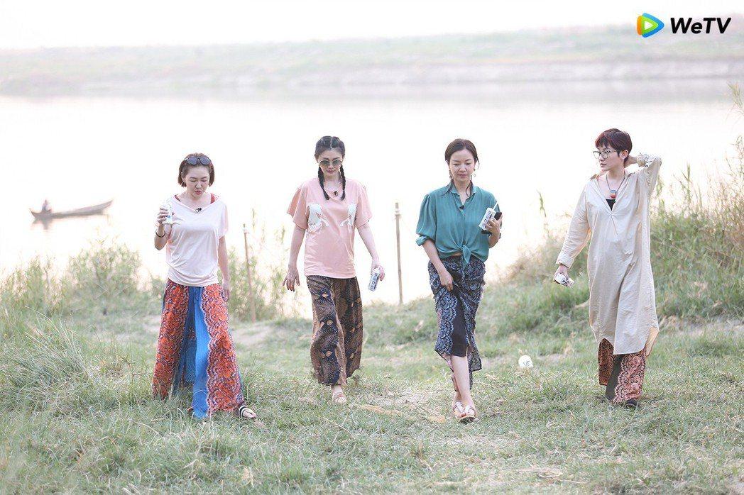 小S(左起)大S、阿雅、范曉萱錄「我們是真正的朋友」泛舟看夕陽。圖/WeTV提供