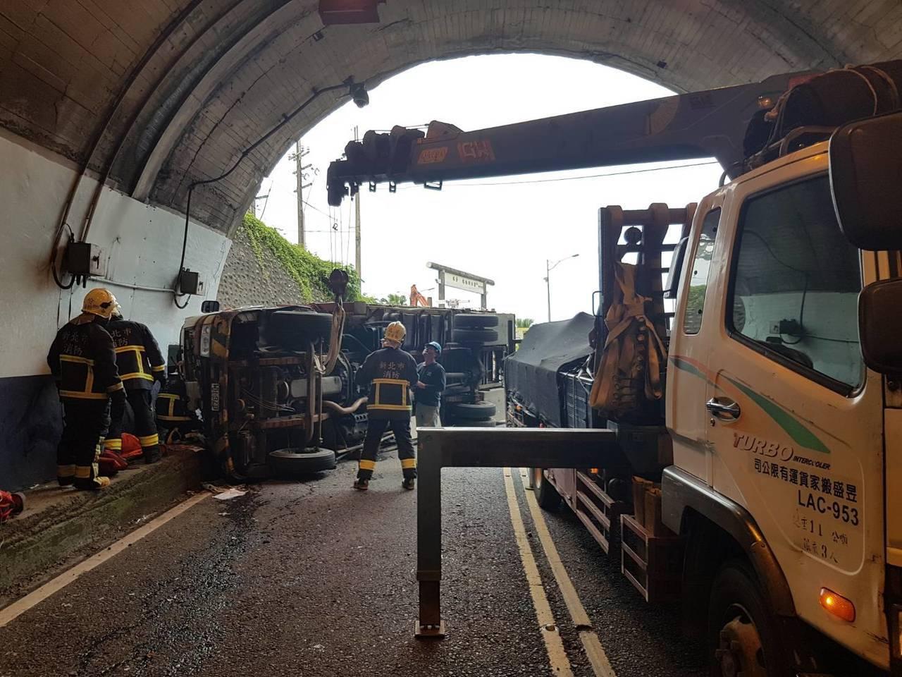 台電外包廠商工程車今天下午在台2線瑞芳海濱隧道口翻車,兩人受傷,交通受阻。記者邱...