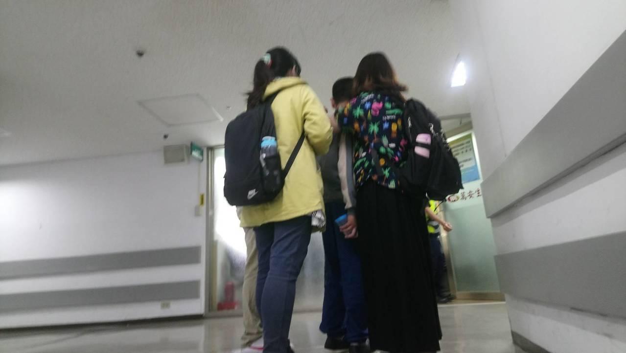 男童在社工陪同下前來醫院了解檢警相驗情況,但當男童得知阿嬤已往生後,在走廊悲痛哭...