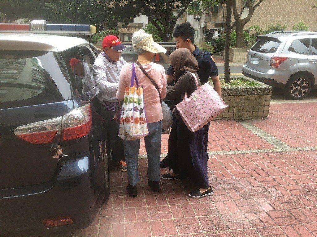 警方幫老先生找到家並送他們回家。記者鄭國樑/翻攝