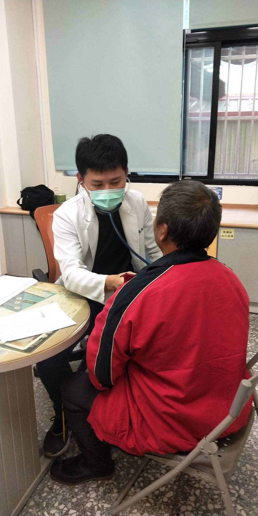 苗栗市衛生所公費醫師陳俊宇提供居家醫療服務,良好的醫病關係成了「意外」收穫。記者...