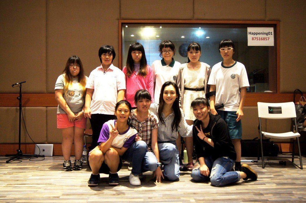 范瑋琪(前排中)與罕見天籟合唱團共同演出。圖/三立提供