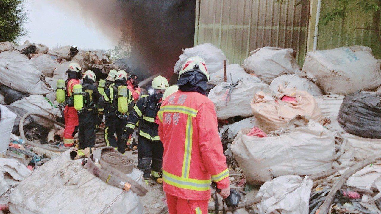 大園區中正東路一家廢棄物資源回收廠大火,不幸造成老闆娘葬身火窟。記者曾增勳/翻攝