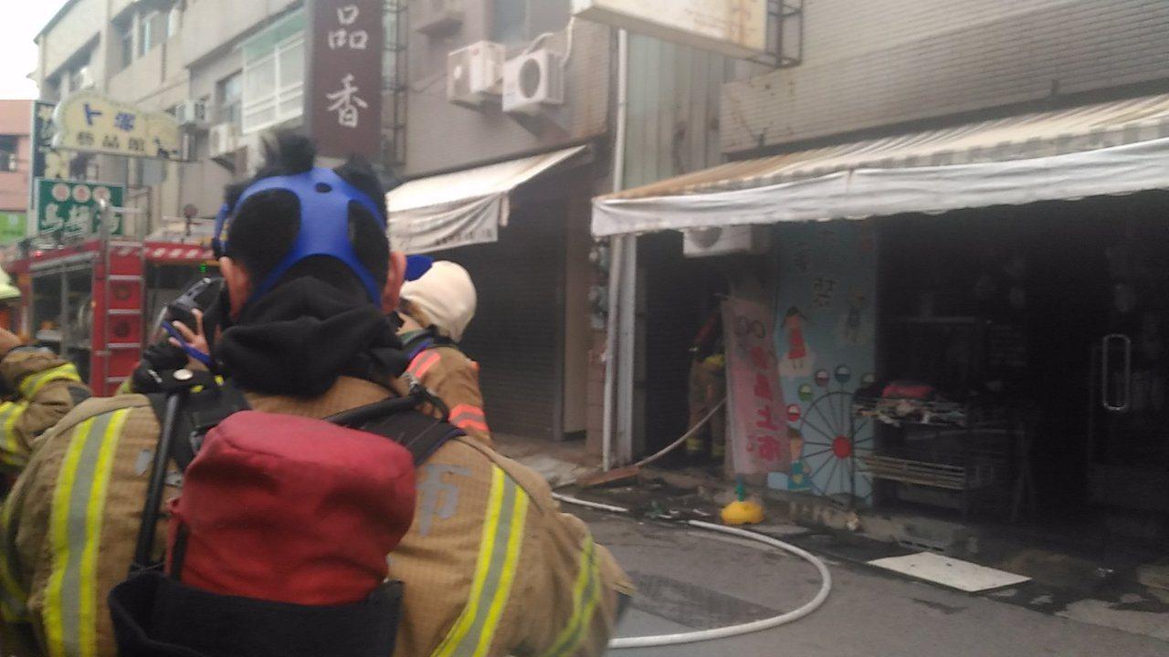 台南市中西區國華街民宅火災,冒出大量濃煙。記者黃宣翰/攝影