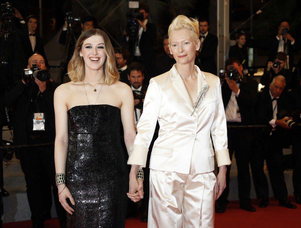曾與「寄生上流」名導合作的蒂妲史雲頓,和女兒受邀觀賞首映。(歐新社)