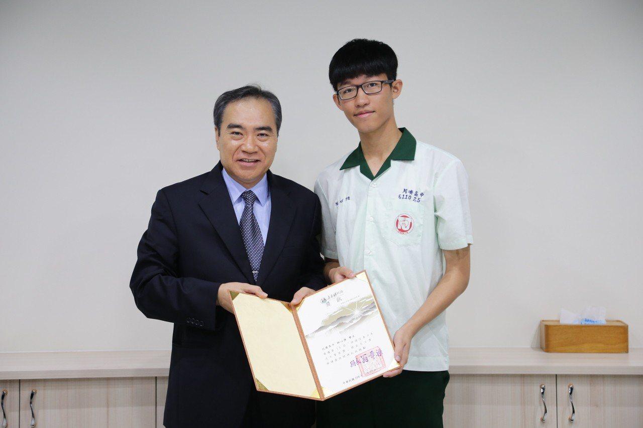 嘉義縣副縣長吳容輝,表揚同濟高中林心惟,感謝他參與社會服務。記者卜敏正/攝影